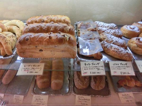 ショーケースの中に収められた、焼きたてのドイツパン。おすすめの時間はお昼前