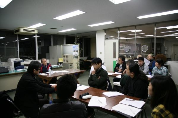 3月1日開催のマネジメントカフェにて。熱心に聞き入る参加者。
